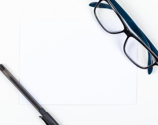 紙、ペン、白い背景の上に眼鏡の計画の概念。テキスト水平画像用のスペース