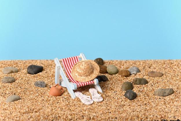 美しい晴れた日の小石のビーチでの休日についての概念的な写真。
