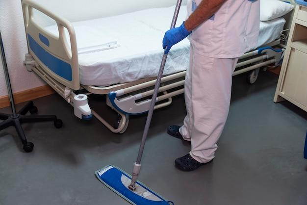 환자 방 청소 병원 노동자의 개념적 사진