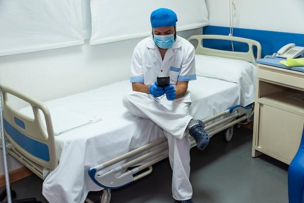 Концептуальное фото работника больницы, убирающего палату пациента