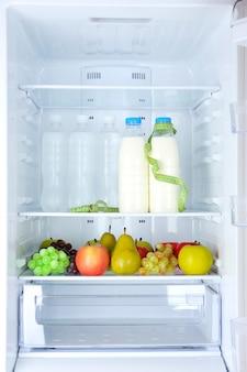Концептуальное фото диеты: здоровое питание в холодильнике