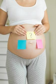 将来の赤ちゃんの性別を考えている妊婦の概念写真