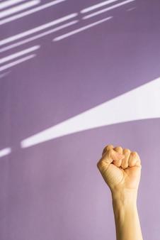 Концептуальная фотография женский день в фиолетовом фоне