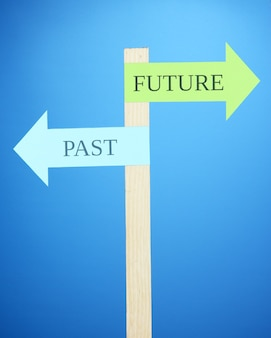 선택과 결정에 대한 개념적 도로 표지판