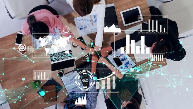 기업 직원 회의에서 사업가의 개념적 비전