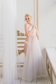 ヨーロッパ スタイルの花嫁の朝をコンセプトにした結婚式。ブドワールのドレス、インテリアの料金。花嫁のための白いミニマリズム