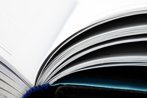 開いた本の概念的なホワイトページ