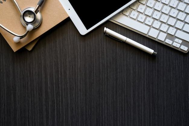 テーブルの上の概念的なワークスペースのスマートフォンとラップトップ。