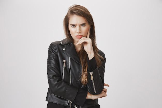 考え、意思決定を心配している渋面の女性
