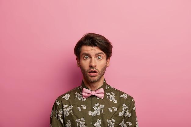 Uomo europeo preoccupato e scioccato fissa con espressione omg alla telecamera, sussulta per aver sentito brutte notizie terrorizzate, vestito con una camicia alla moda