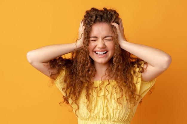 Обеспокоенная подчеркнула сожаление молодая женщина, держащая голову