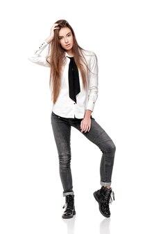 白いシャツと白い背景で隔離のネクタイの長い髪の心配の女性