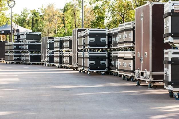 콘서트 컨테이너. 장비 박스. 야외에서 콘서트 무대 준비.
