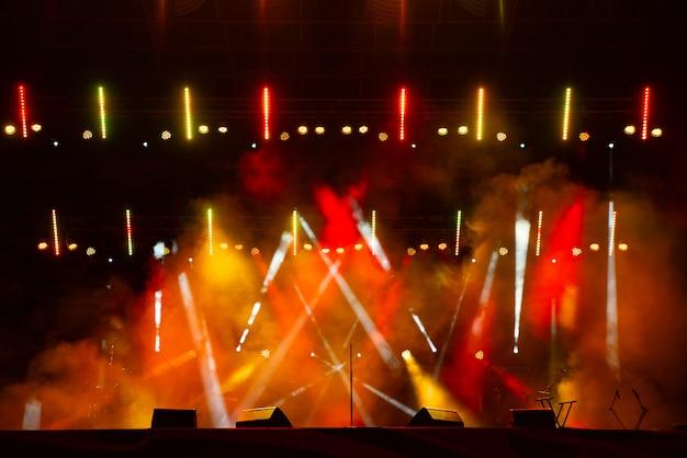 Концертная толпа и огни зернистого фона и дыма