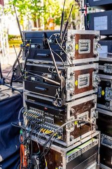 コンサート機器。機器の輸送用コンテナ。コンサート用のポータブル機器。閉じる。