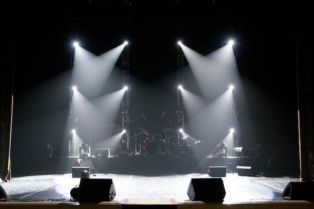 Концертное световое шоу, разноцветные огни в концертной эстраде