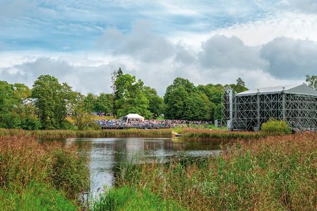 公園での野外フェスティバルの下でのコンサート