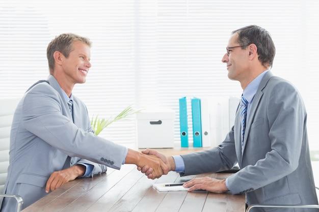 Заключение договора между двумя бизнесменами