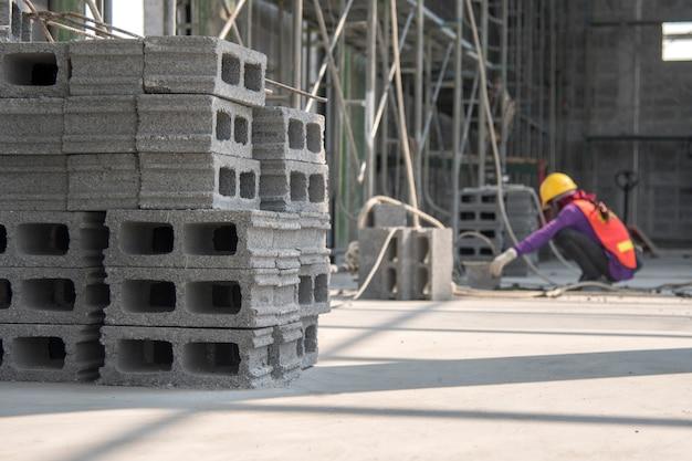 建設現場のコンクリートブロック壁