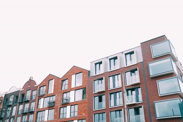 하얀 하늘 아래 콘크리트 갈색 건물