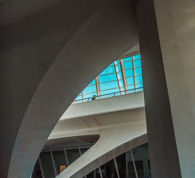 콘크리트 건물과 창을 통해 본 맑은 하늘