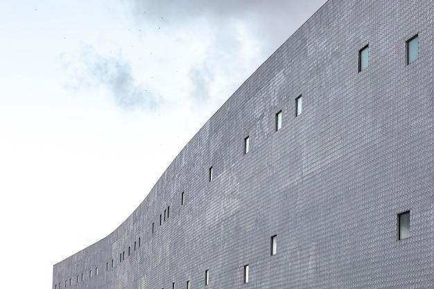 Бетонное здание в городе