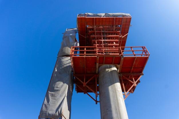 スカイトレインの鉄道路線のコンクリートセメント支柱工事