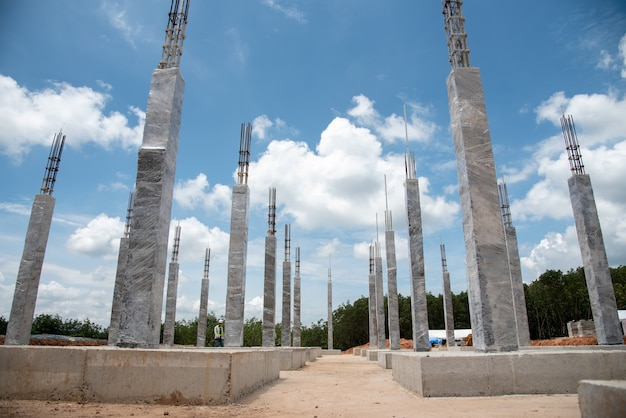 Concrete column structure curing by plastic sheet