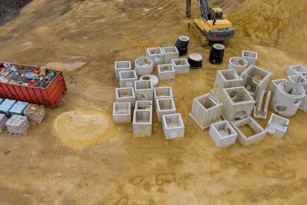 배수 우수를 위한 콘크리트 배수관 및 맨홀 공사 중