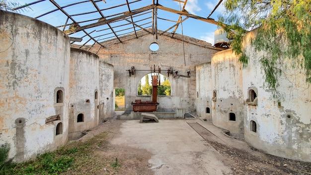 放棄されたワイナリーのコンクリート発酵タンク