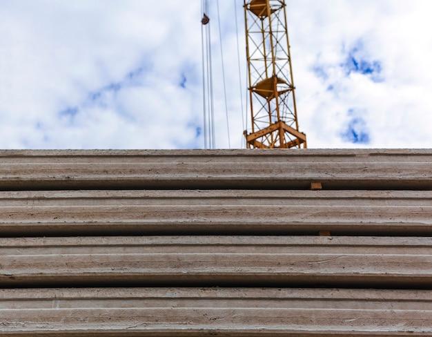 하늘과 타워 크레인의 배경에 콘크리트 바닥 슬라브