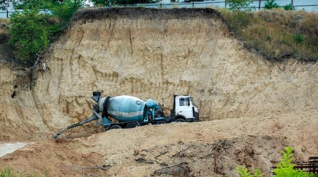 建設現場のコンクリートミキサー