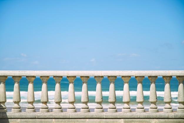Бетонный столб забор и голубое небо.