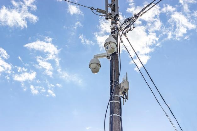Бетонный столб, на котором установлены камеры видеонаблюдения с обзором на 360 градусов, датчики движения и электрические провода.