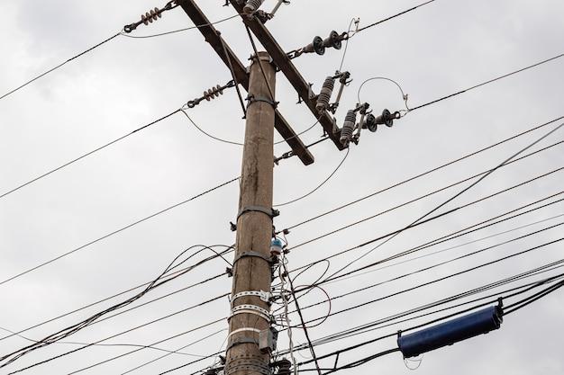 Бетонный столб с высоковольтными проводами и электрическими устройствами
