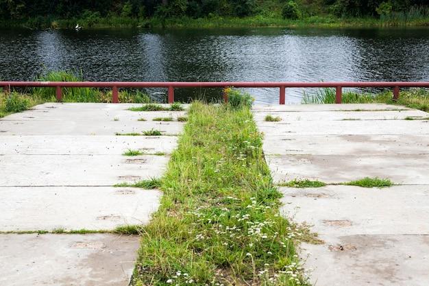 호수 또는 강둑 입구 도로의 일부인 콘크리트 슬래브