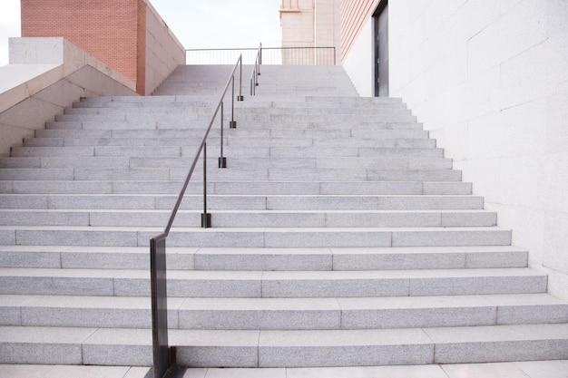 混凝土楼梯和横向与砖墙的在建筑工业的住宅楼。室外楼梯内部。