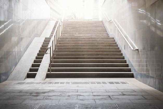 暗闇の中で通りまでのコンクリートの階段