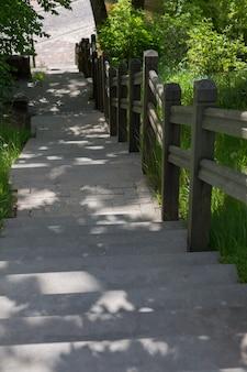 Бетонная лестница в городе ведет вниз