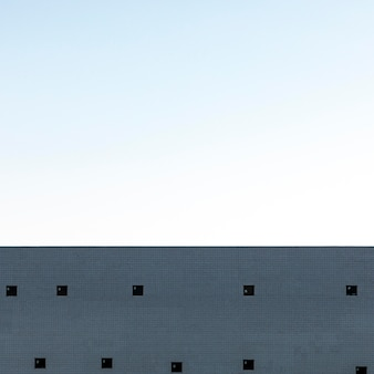 Struttura in cemento armato della città con il cielo