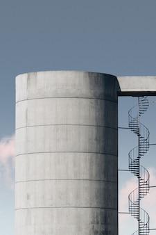 푸른 하늘 아래 금속 계단으로 콘크리트 구조