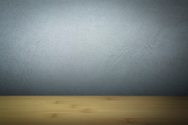 Бетонная поверхность с пустым деревянным столом