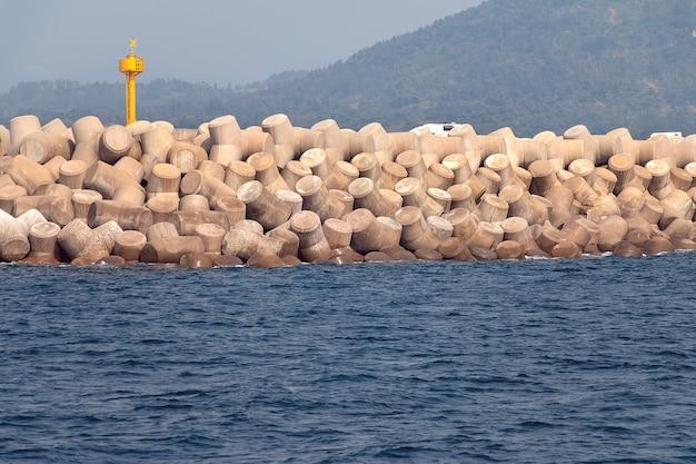 Бетонные четвероногие составляют волнорез на острове чеджу, южная корея