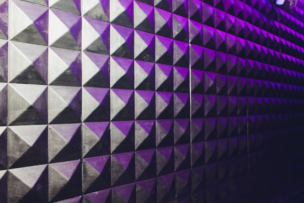 コンクリートの壁のテクスチャスタッコセメント白と灰色の幾何学的なシームレスな三角形ピラミッド背景に影と光。