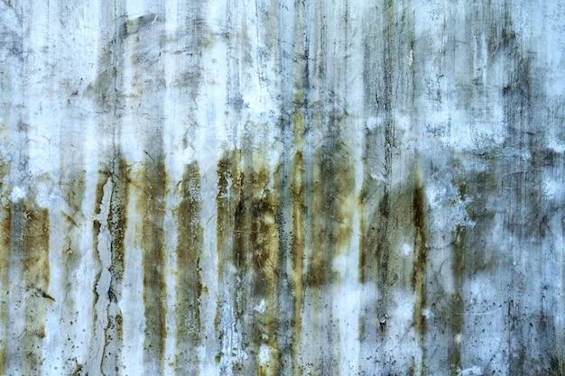 Текстура бетонной стены с зелеными пятнами плесени