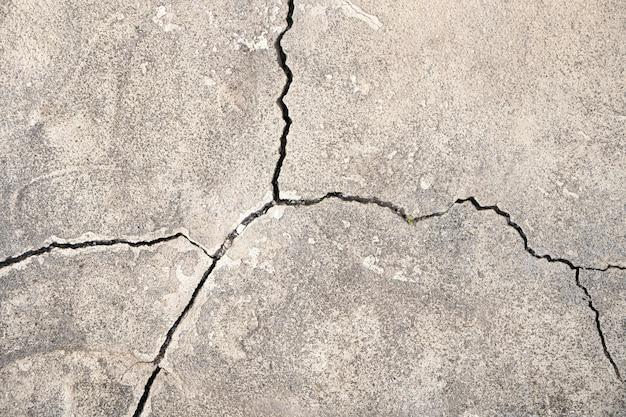 Бетонная стена с трещинами. серый бетон с трещинами. натуральная стена.