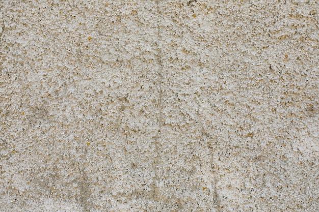 Бетонная стена с шероховатой поверхностью и трещинами
