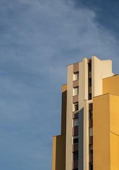 曇り空の下でコンクリートの白と茶色のモダンな建物