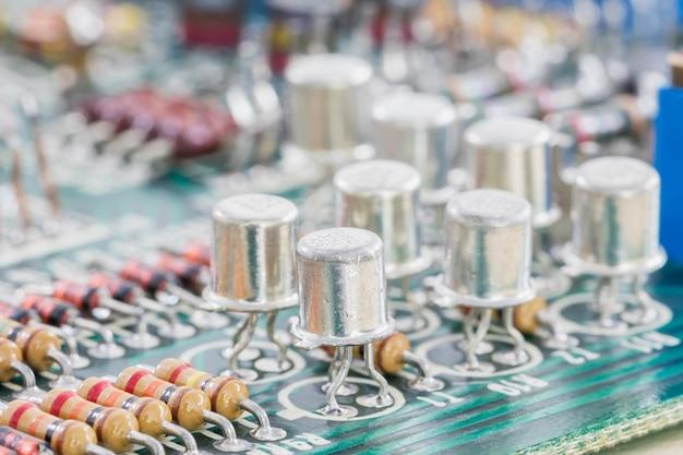 Конденсаторы и резистор в сборе на плате