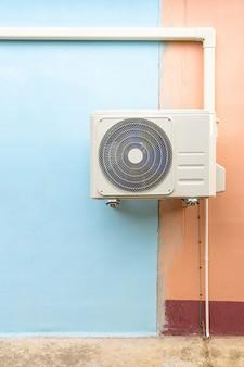 공조 시스템의 응축 장치. 벽에 설치된 응축 장치.